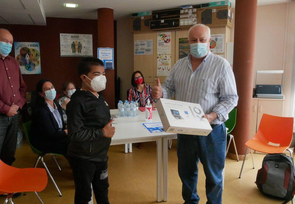 Yusef, un menor de 12 años de Ferrol recientemente trasplantado de riñón, recibe material informático